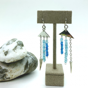 Triangular earrings with apatite