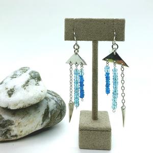 Triangular earrings with apatite